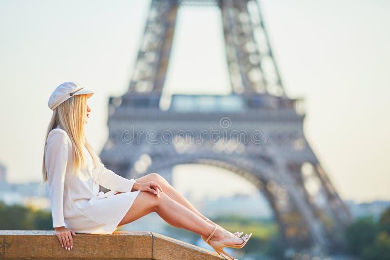 Mooie blonde vrouw dichtbij de toren van Eiffel stock afbeelding