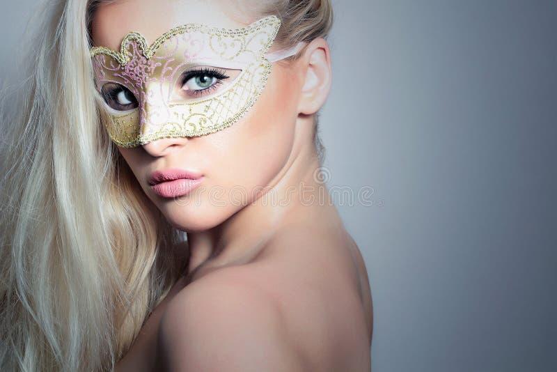 Mooie Blonde Vrouw in een Gouden Mask.Masquerade. Sexy Meisje stock foto's