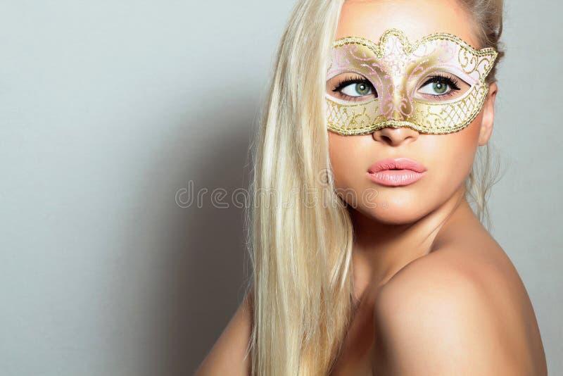 Mooie Blonde Vrouw in Gouden Mask.Masquerade. Sexy Meisje. Schoonheid & Manier royalty-vrije stock foto