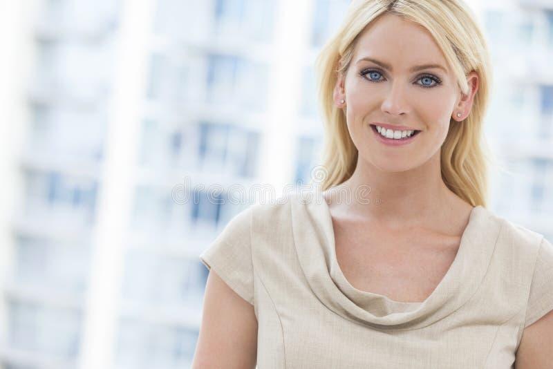 Mooie Blonde Vrouw met Blauwe Ogen stock foto's