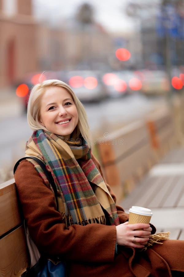 Mooie blonde vrouw met kop koffie royalty-vrije stock foto