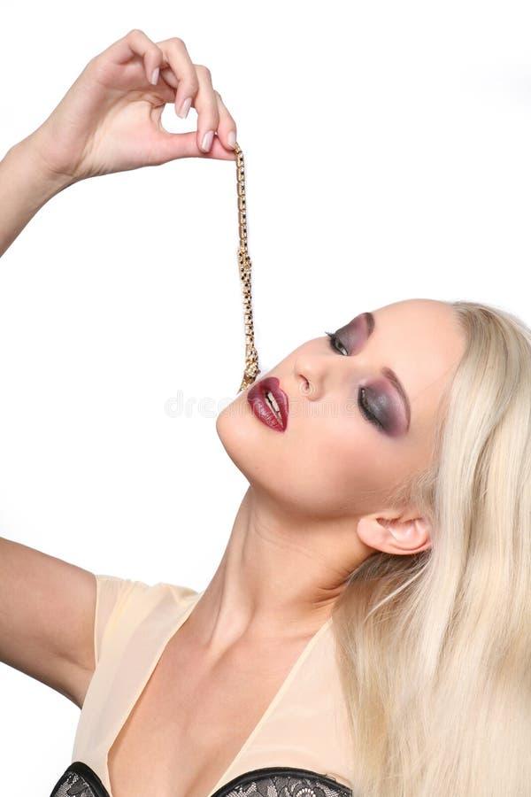 Mooie blonde vrouw met luxetoebehoren. royalty-vrije stock afbeelding