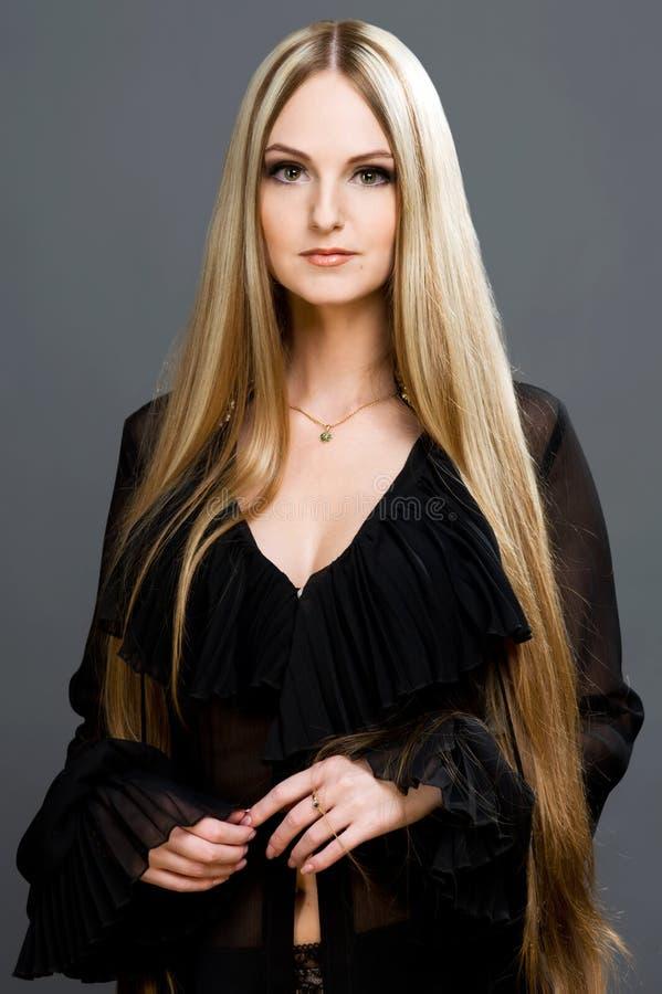 Mooie blonde vrouw met zeer lang haar. royalty-vrije stock afbeelding