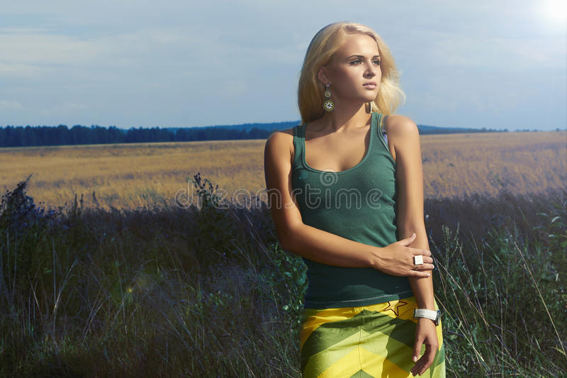 Mooie Blonde Vrouw op field.Summer.Flowers stock afbeeldingen