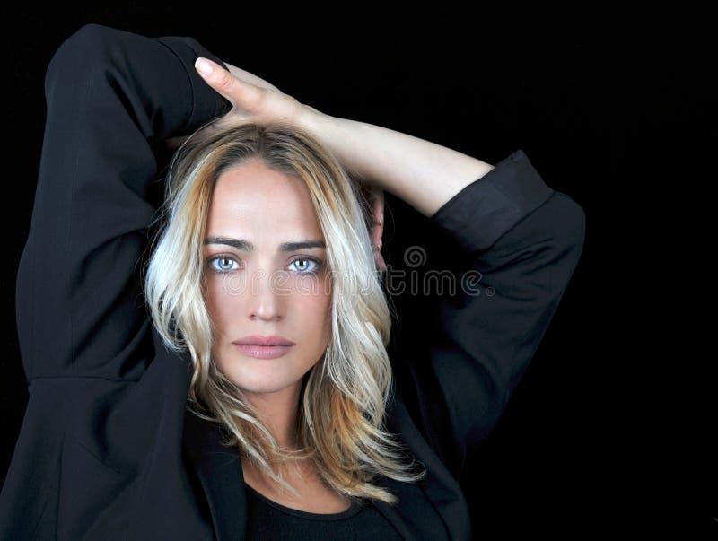Mooie blonde vrouw op zwarte achtergrond. royalty-vrije stock foto