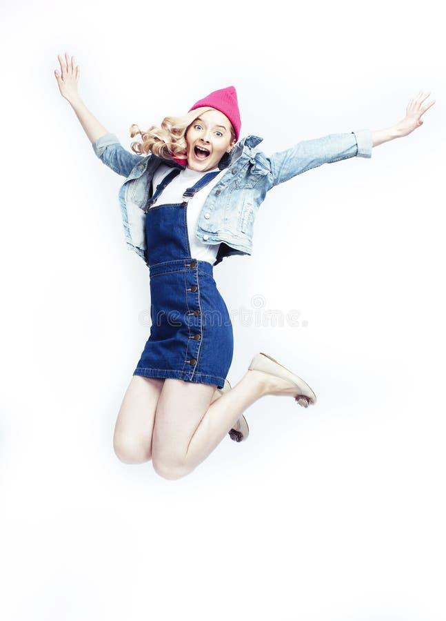 Mooie blondetiener die het gelukkige glimlachen op witte achtergrond, het concept van levensstijlmensen springen stock foto's