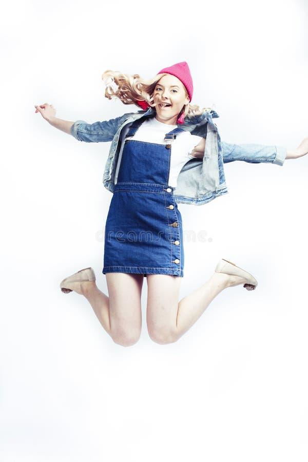 Mooie blondetiener die het gelukkige glimlachen op witte achtergrond, het concept van levensstijlmensen springen stock fotografie