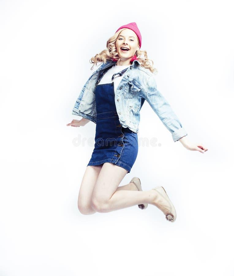Mooie blondetiener die het gelukkige glimlachen op witte achtergrond, het concept van levensstijlmensen springen royalty-vrije stock foto
