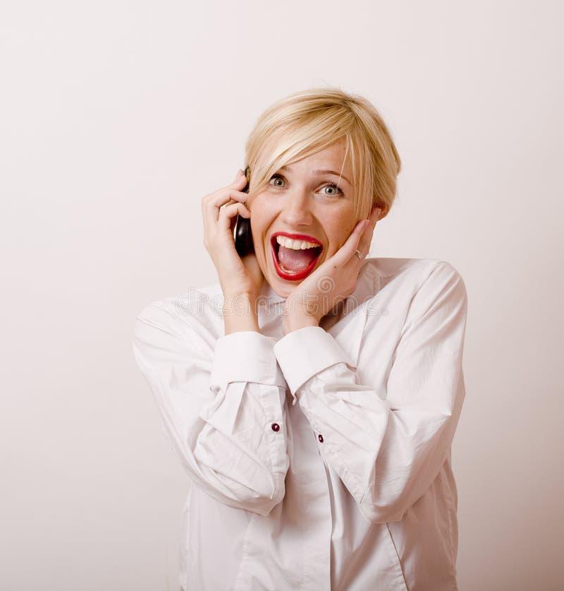 Mooie blondevrouw die op telefoon spreken royalty-vrije stock afbeeldingen