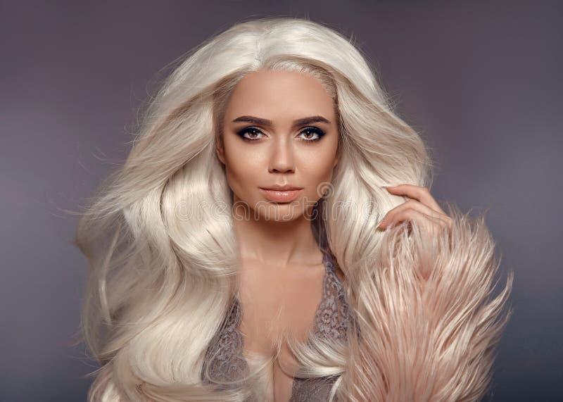 Mooie Blondevrouw in Faux-Bontjas Portret van Jonge Sexy royalty-vrije stock fotografie
