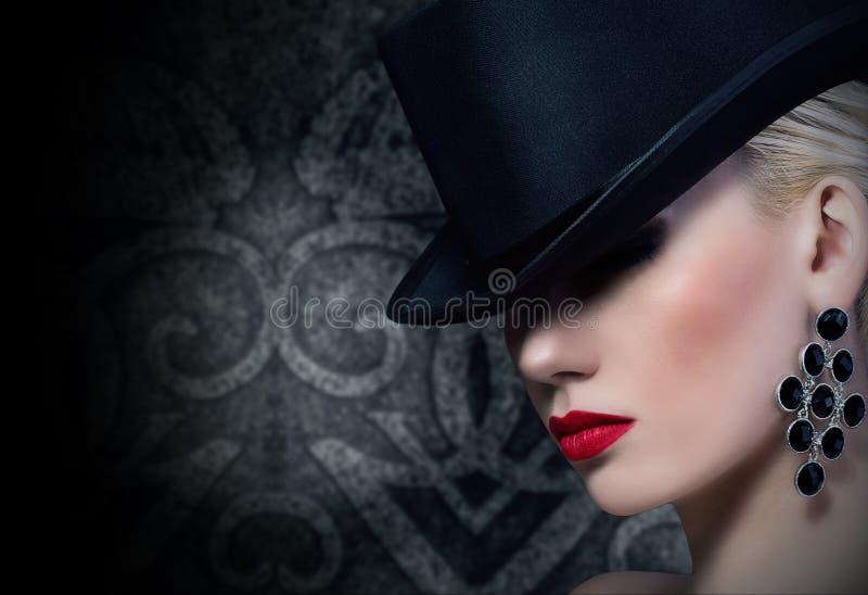 Mooie blondevrouw met rode lippen royalty-vrije stock foto's