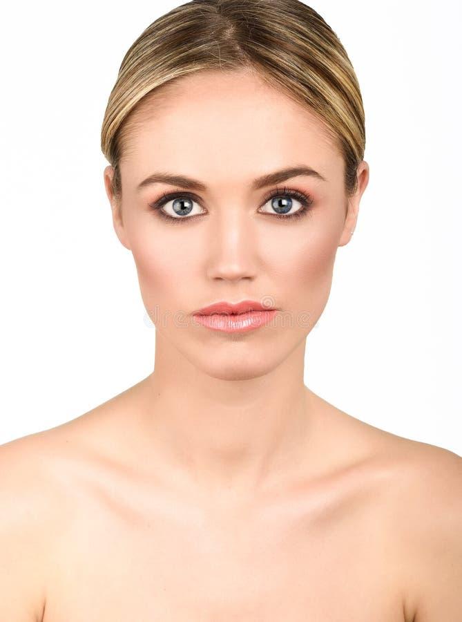 Mooie blondevrouw met schone verse huid dichte omhooggaand stock afbeelding