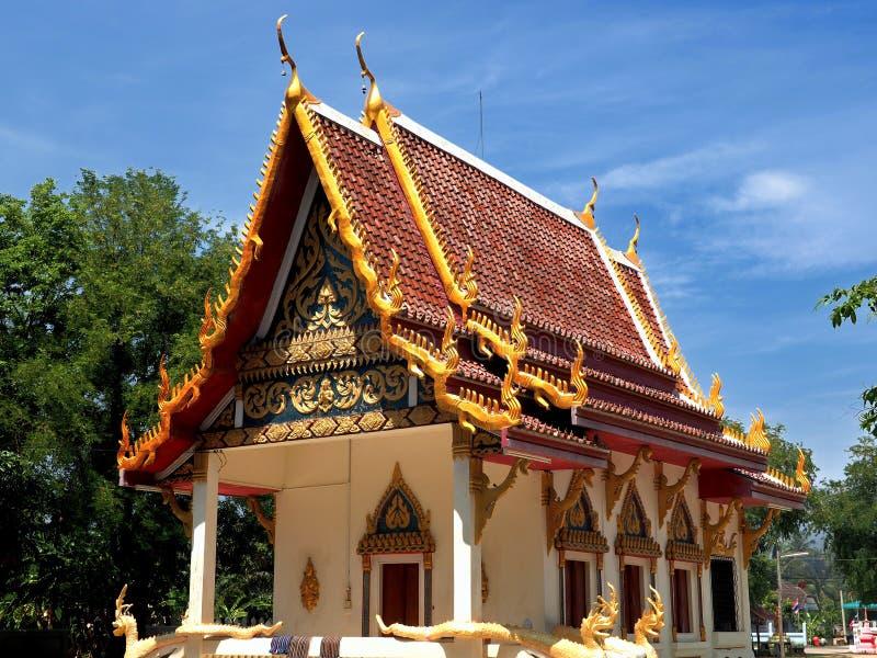 Mooie boeddhistische tempel gebaad in ochtendlicht stock fotografie