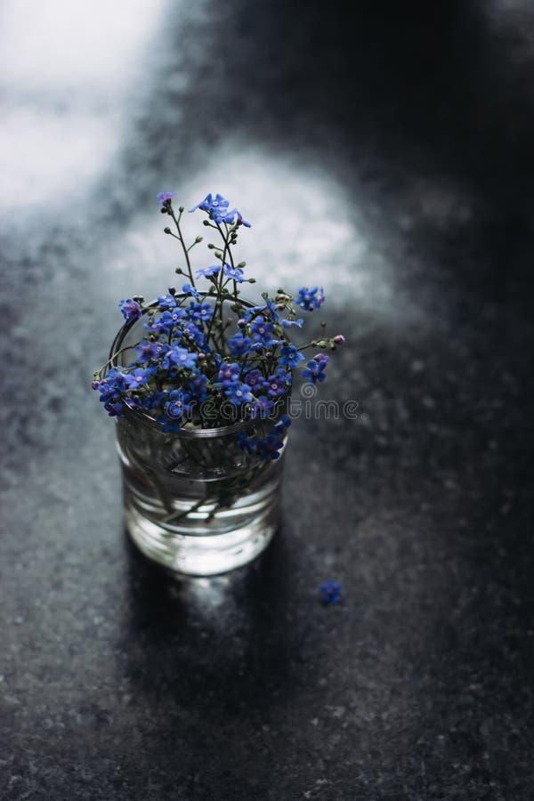 Mooie boeket blauwe bloemen in een vaas royalty-vrije stock foto