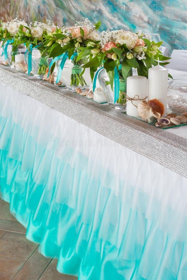 Mooie boeketten en decoratie op huwelijkslijst stock fotografie