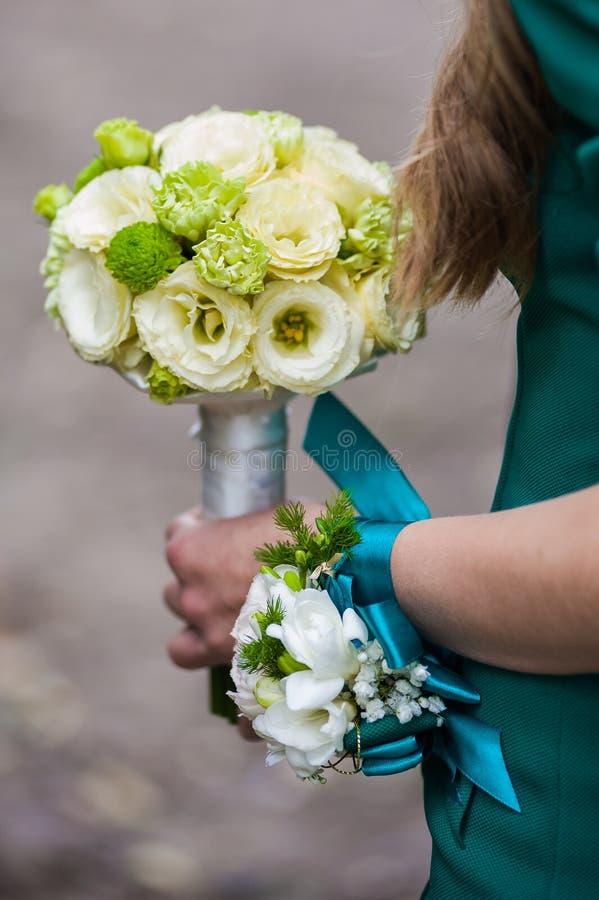 Mooie boeketten van bloemen klaar voor de grote huwelijksceremonie royalty-vrije stock afbeeldingen