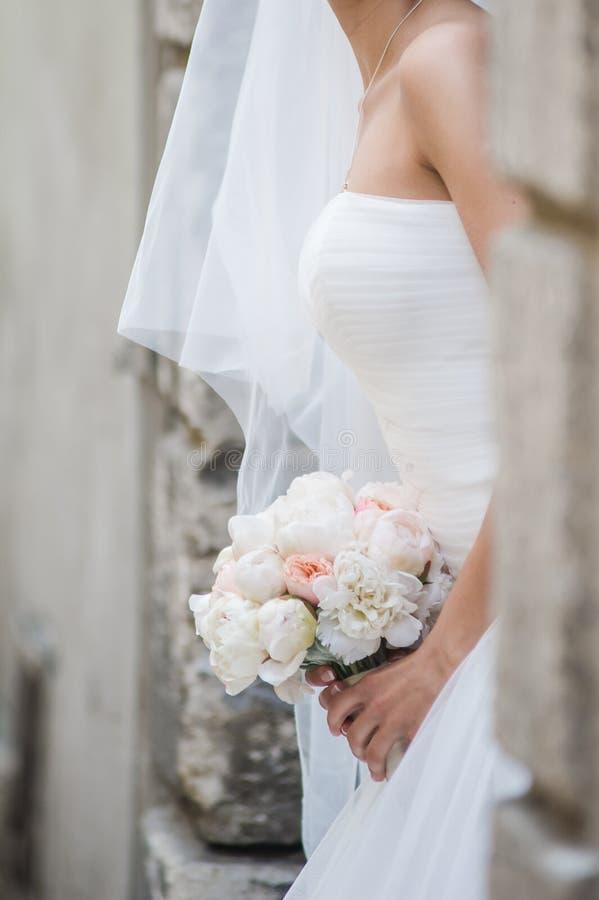 Mooie boeketten van bloemen klaar voor de grote huwelijksceremonie stock afbeeldingen
