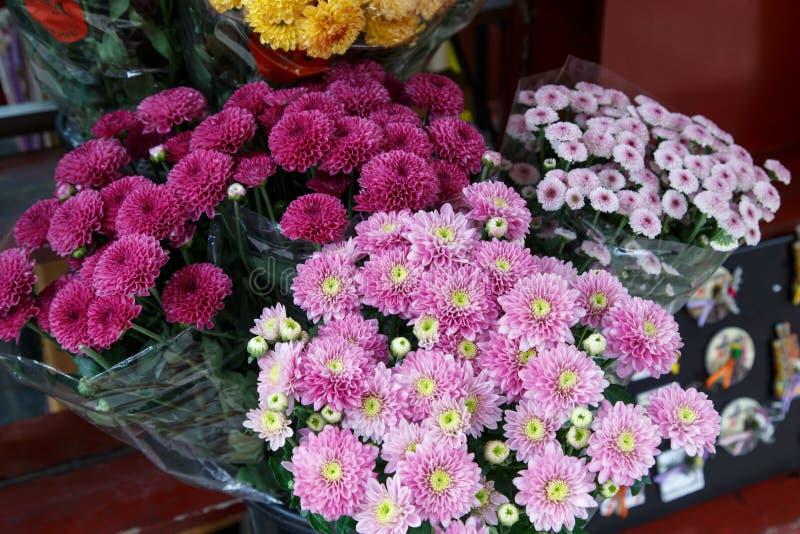 Mooie boeketten van roze bloemen stock afbeelding
