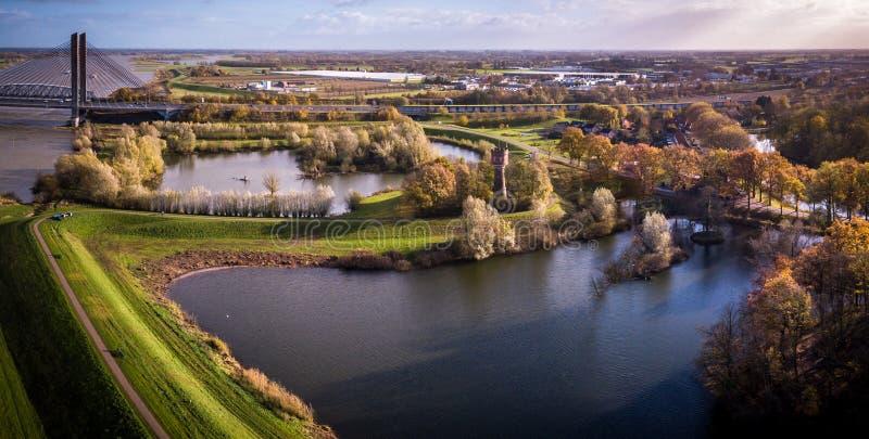 Mooie bouw van Waal-brug over rivier royalty-vrije stock foto's