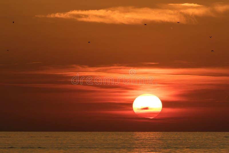 Mooie brand gekleurde zonsondergang over het Adriatische Overzees in Kroatië stock afbeeldingen