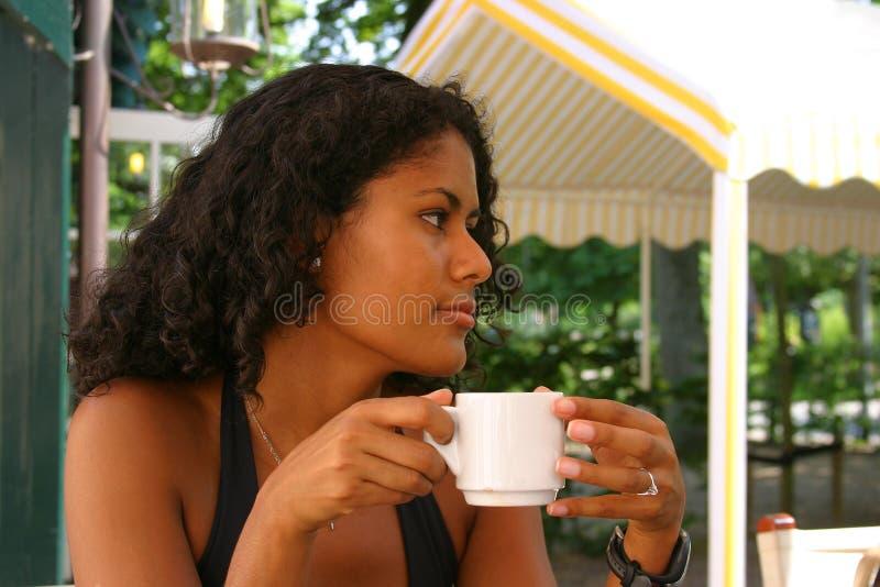 Mooie Braziliaanse vrouw het drinken koffie royalty-vrije stock fotografie