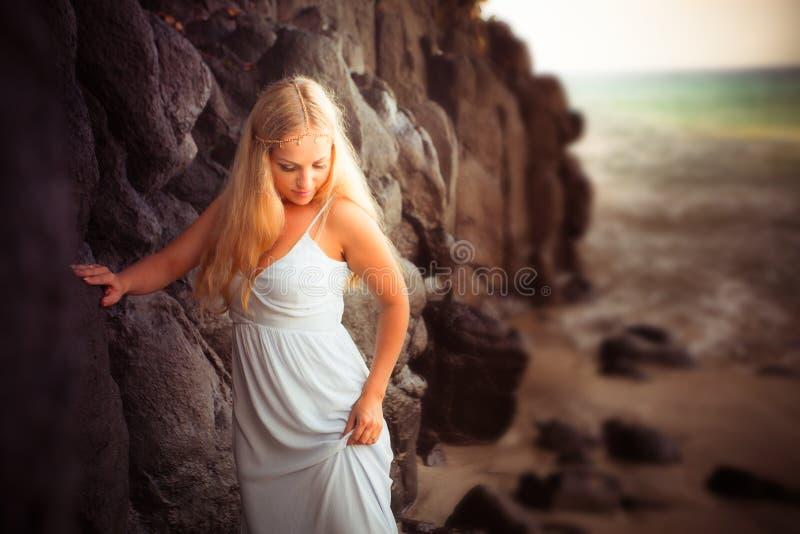 Mooie bruid bij de kust royalty-vrije stock afbeelding
