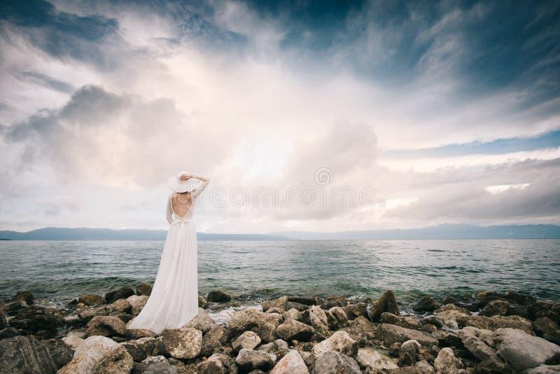 Mooie bruid bij zonsondergang op eilandhuwelijk royalty-vrije stock afbeeldingen