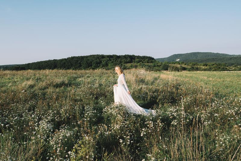 Mooie bruid die in openlucht lopen royalty-vrije stock foto