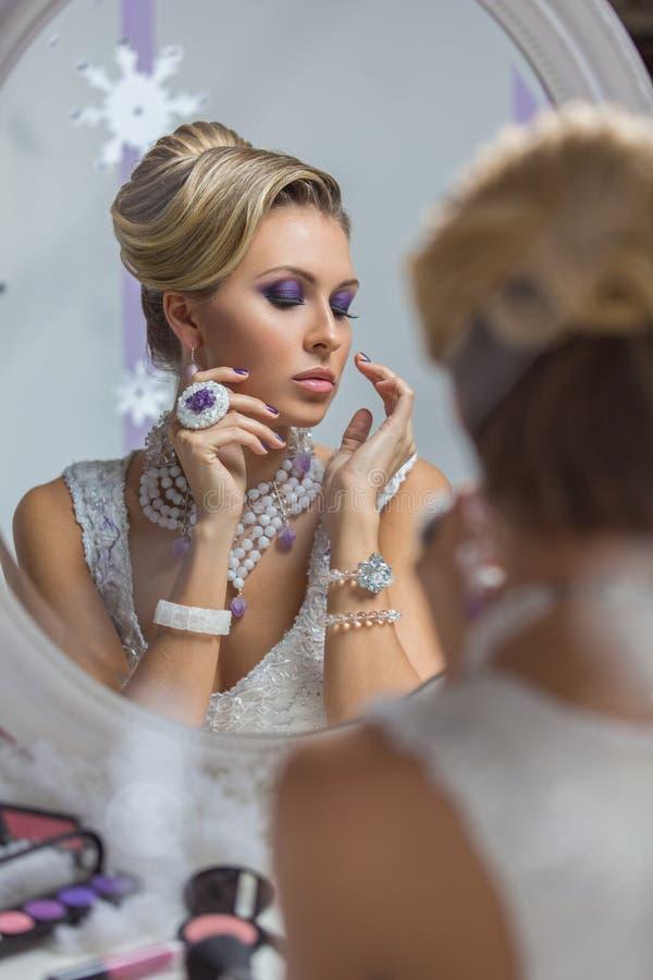 Mooie bruid die in spiegel kijken royalty-vrije stock foto's