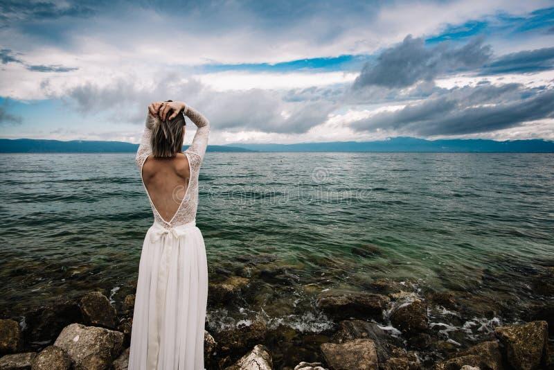 Mooie Bruid die zich door het Overzees bevinden royalty-vrije stock fotografie
