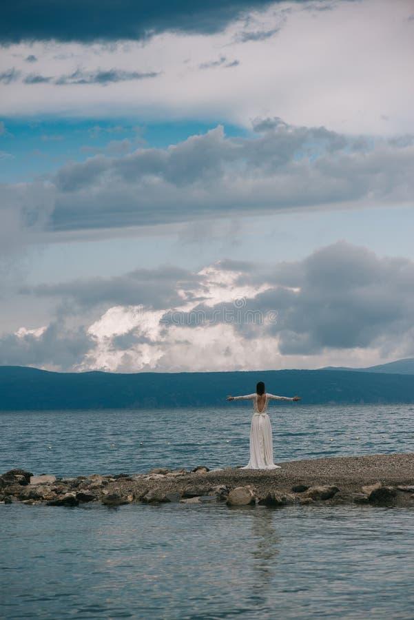 Mooie Bruid die zich door het Overzees bevinden stock foto