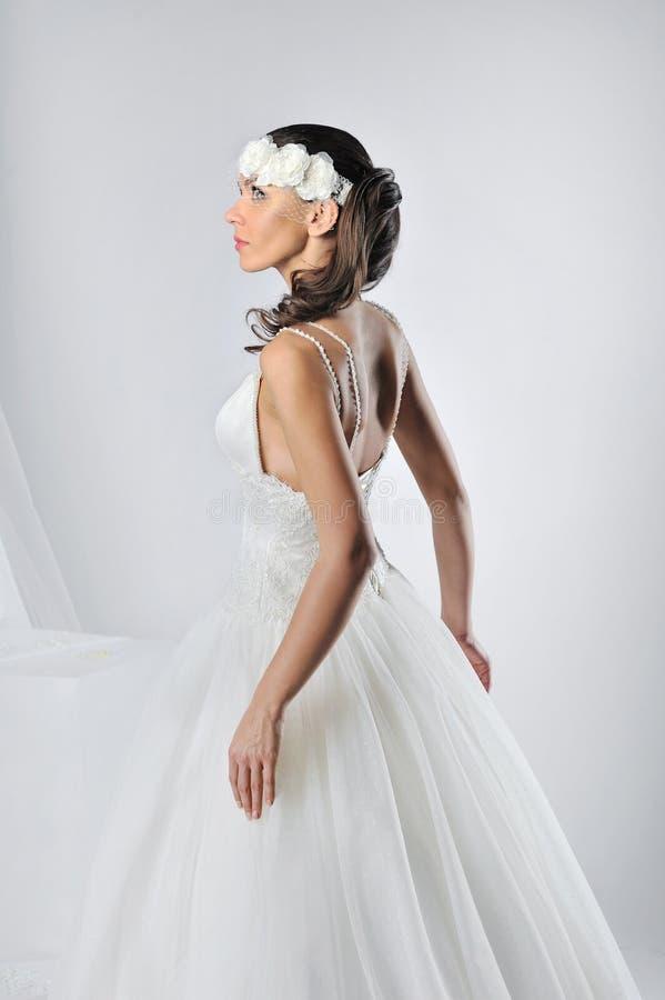 Mooie bruid in een luxueuze huwelijkskleding stock fotografie