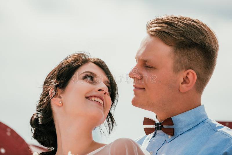 Mooie bruid en bruidegom die en op hun huwelijksdag in openlucht koesteren kussen Conceptenhuwelijk, nieuwe familie stock foto