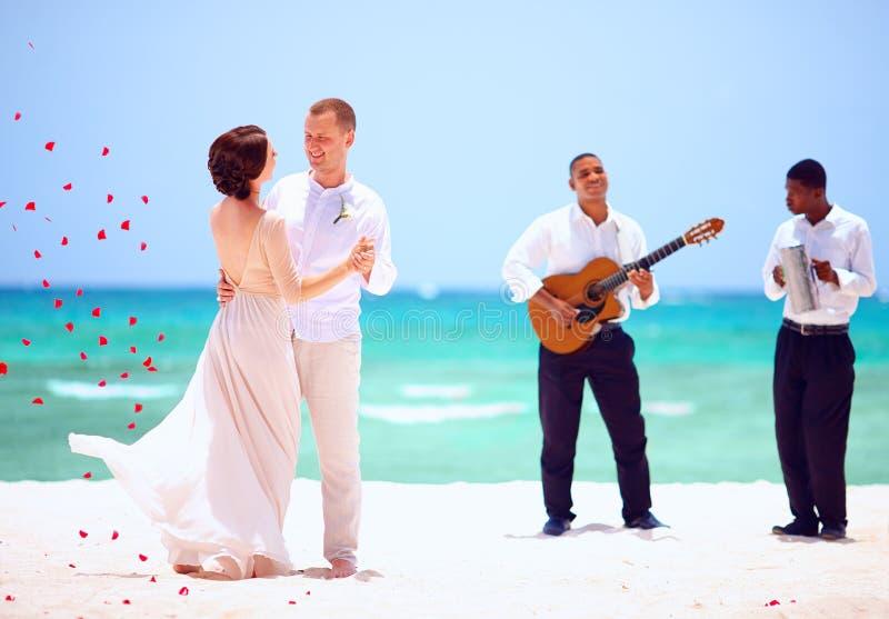 Mooie bruid en bruidegom die op tropisch strand, levende muziek dansen royalty-vrije stock fotografie
