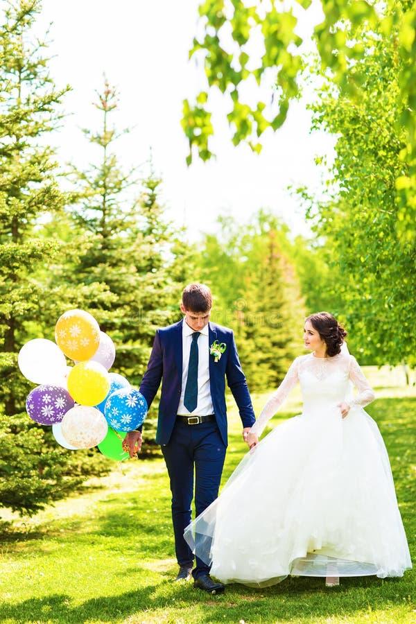 Mooie bruid en bruidegom met kleurrijke ballons royalty-vrije stock foto