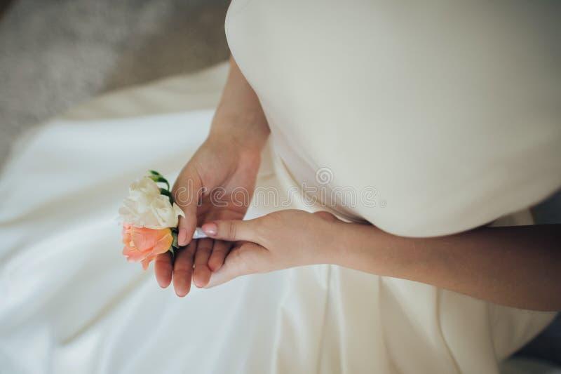 Mooie Bruid en huwelijkskleding bij ochtend stock fotografie