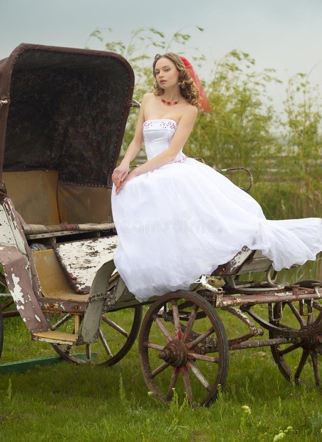 Mooie bruid en oud vervoer/retro royalty-vrije stock foto's