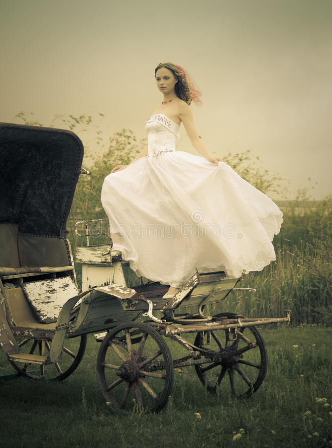 Mooie bruid en oud vervoer/retro stijl stock foto's