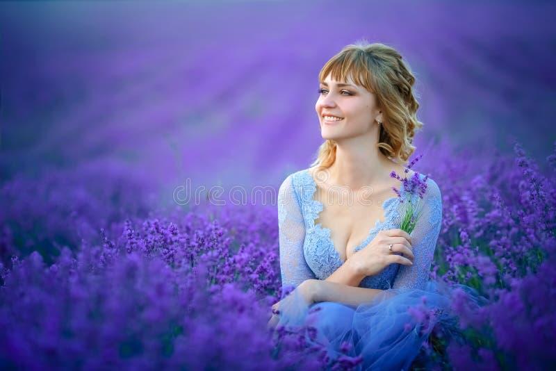 Mooie Bruid in huwelijksdag op lavendelgebied Jonggehuwdevrouw in lavendelbloemen stock afbeeldingen