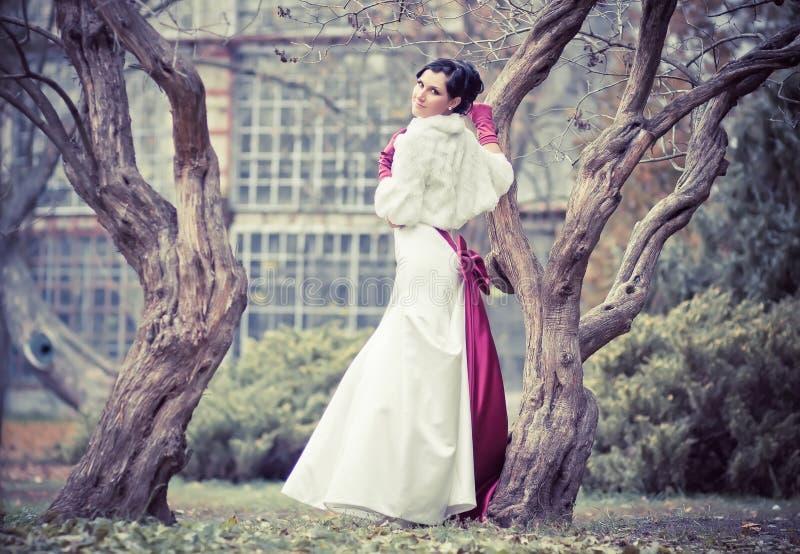 Mooie bruid in huwelijkskleding royalty-vrije stock afbeeldingen