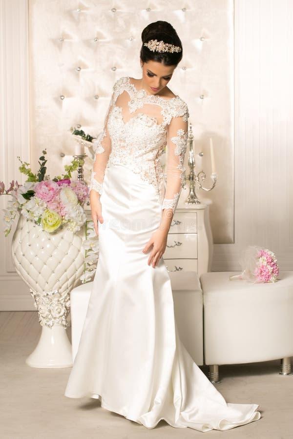 Mooie bruid in huwelijkskleding royalty-vrije stock foto