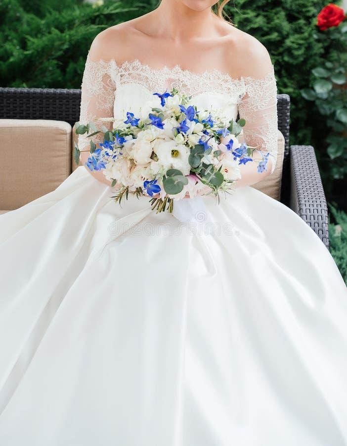 Mooie bruid in huwelijkskleding met huwelijksboeket van pioenen royalty-vrije stock foto