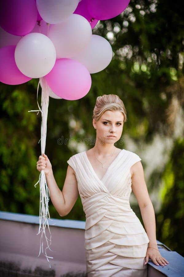 Mooie bruid met ballons vóór huwelijksceremonie royalty-vrije stock afbeelding