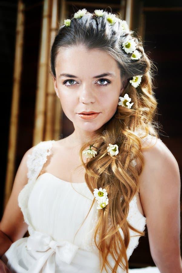 Mooie bruid met bloemen in haar royalty-vrije stock foto