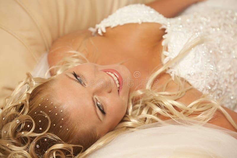 Mooie bruid met blond haar royalty-vrije stock afbeeldingen