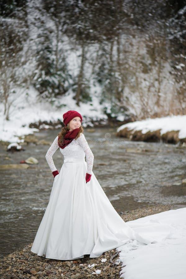 Mooie bruid met boeket vóór huwelijksceremonie royalty-vrije stock fotografie