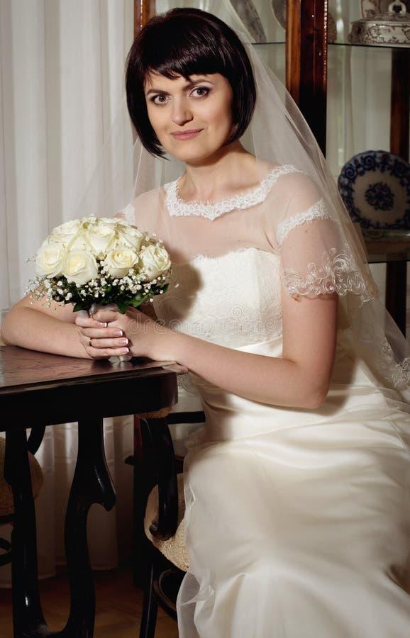 Mooie bruid met boeket van bloemen stock foto