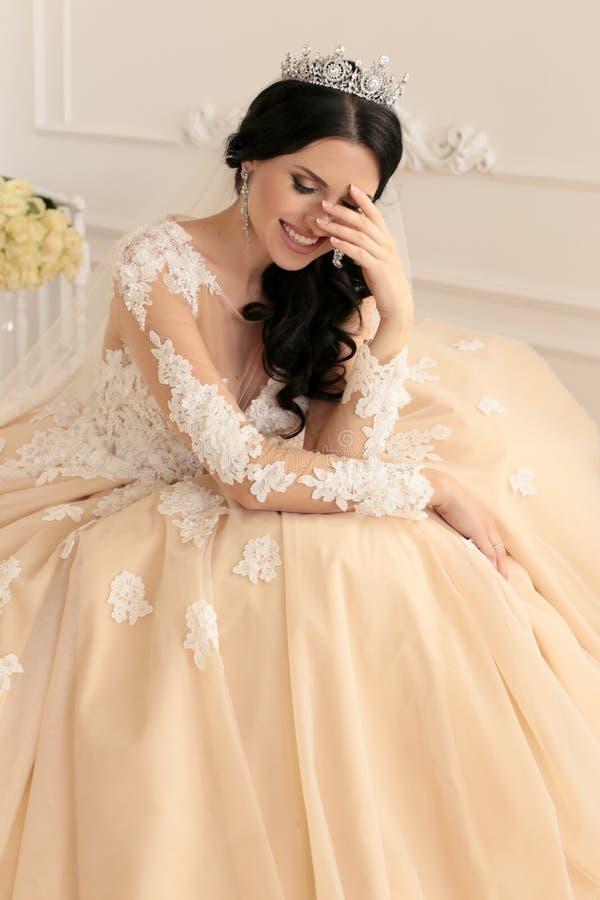 Mooie bruid met donker haar in luxueuze huwelijkskleding royalty-vrije stock afbeeldingen