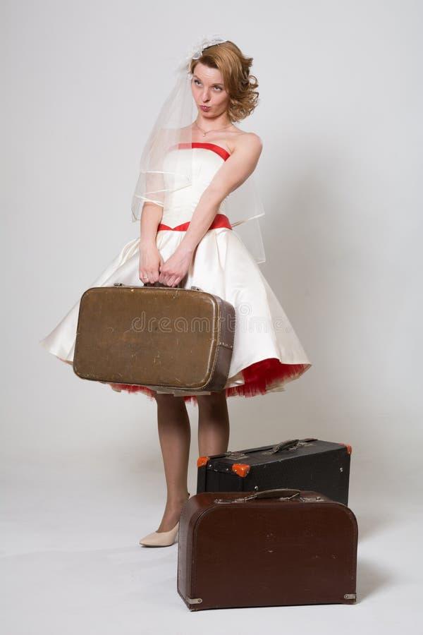 Mooie bruid met droevige koffers royalty-vrije stock foto's