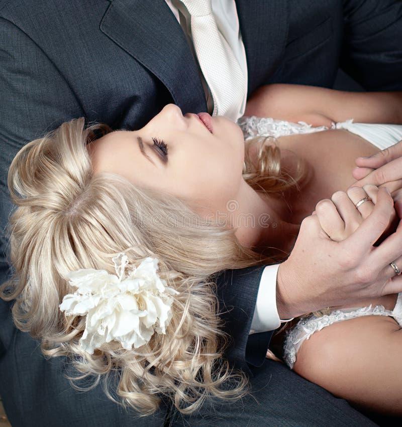 Mooie bruid met een bloem in haar stock afbeelding